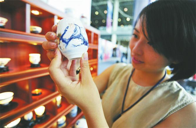艺博会观众在欣赏景德镇精品瓷器