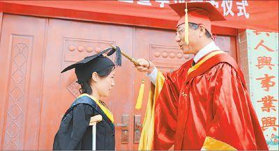 一个人的毕业典礼 校长赶到山村亲手为学生主持