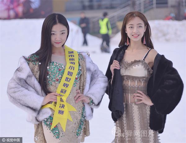 """山东:旅游小姐雪地大露香肩美腿 不惧严寒美丽""""冻""""人"""