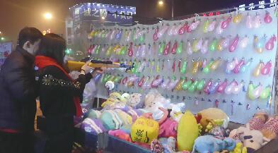 气球射击摊引发的风波 济南洪楼夜市谨慎的摆摊人