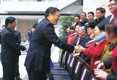 王文涛王忠林会见50户文明家庭代表并合影留念