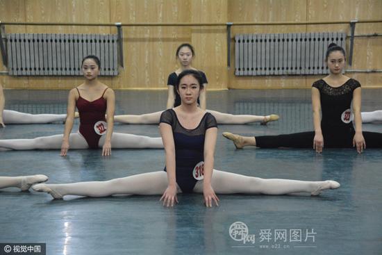 直击山东艺术学院舞蹈专业复试考场 考生展示优美舞姿