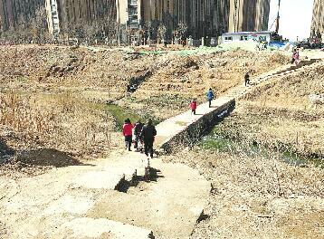 绿地国际花都东侧简易桥引关注 附近学生
