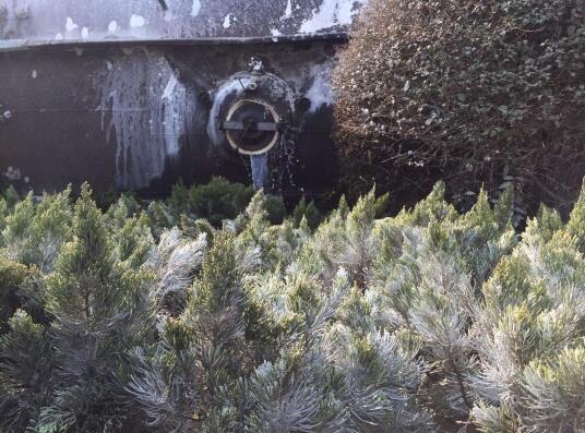 济南:车速过快槽罐车转弯侧翻 30吨液态碱流进绿化带