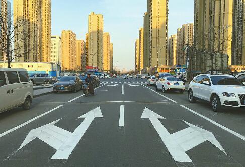 济南西客站片区首设单行线 占道停车将被开罚单