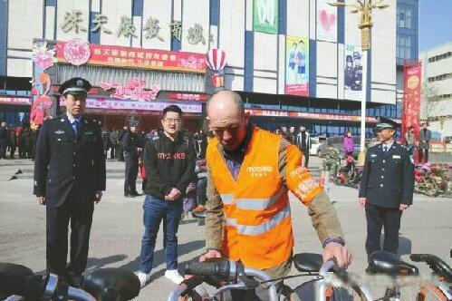老李获聘秩序维护员:曾叠放单车被拘 今兼管单车停放