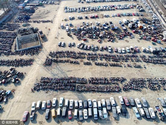 济南:探访肇事违法停车场 数量之多场面惊人