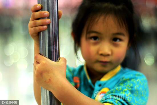 济南六岁女童学钢管舞 家长支持登台表演