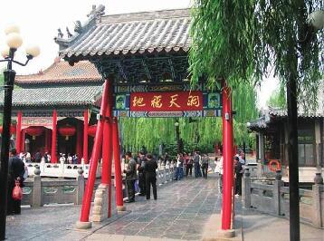 济南趵突泉畔明代牌坊封闭维修15天 游客无法上桥赏泉