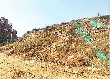 红山圣都北侧工地建筑垃圾裸露堆放 扬尘严重