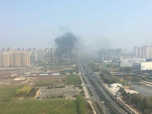 济南西客站片区大尧风华盛景在建工地失火 现场黑烟滚滚