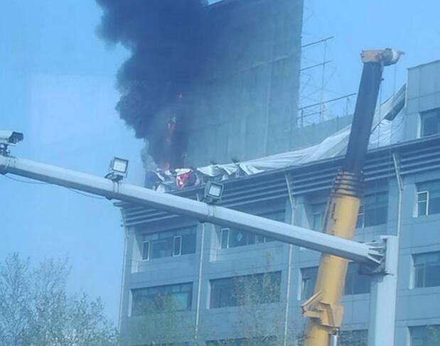 济南经十路华特广场楼顶广告牌着火 现场浓烟滚滚
