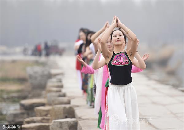 山东泰安: 年轻女子明石桥上秀瑜伽