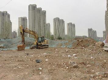 奥林逸城南侧建筑垃圾堆 龙奥北路附近扬尘严重等现象