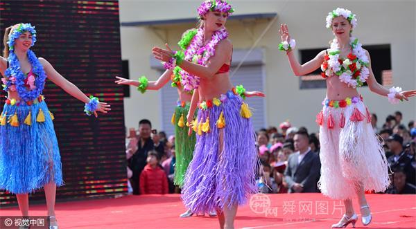 山东潍坊:洋模亮相乡村舞台 头戴艳丽花环大跳草裙舞