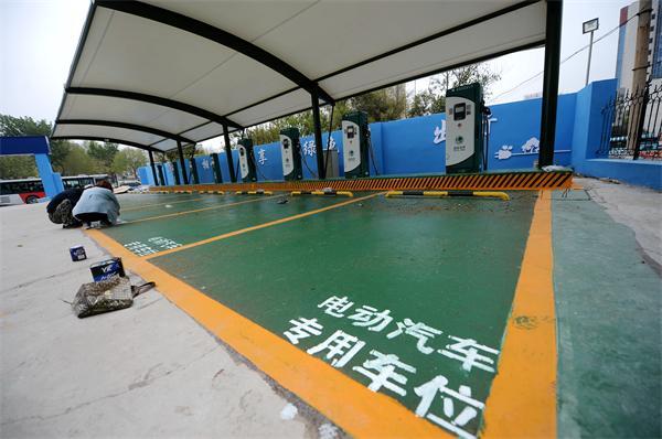 济南首个停车场配套充电桩建成 汽车充电每度1.4元