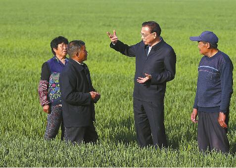 李克强总理来济南考察 下麦田探墒情进车间话产能