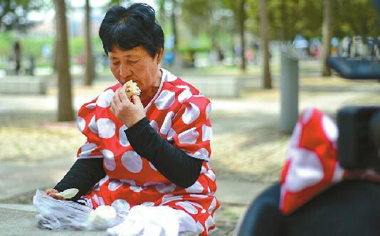 """""""米老鼠""""婆婆现身济南泉城广场 市民伸援手慷慨相助"""