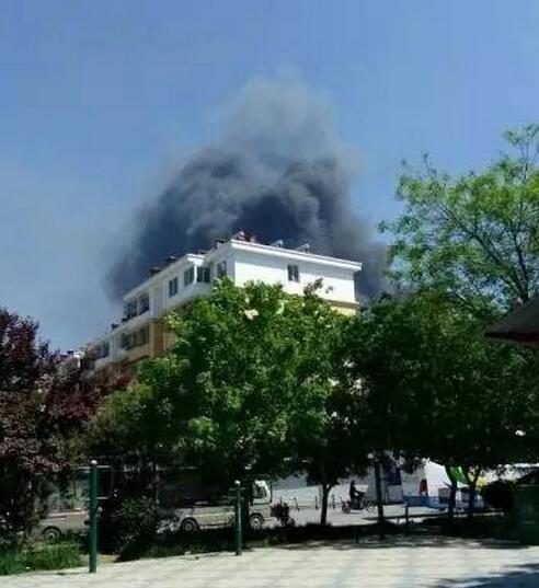 突发!济南高新区孙村附近一厂房着火 现场浓烟滚滚