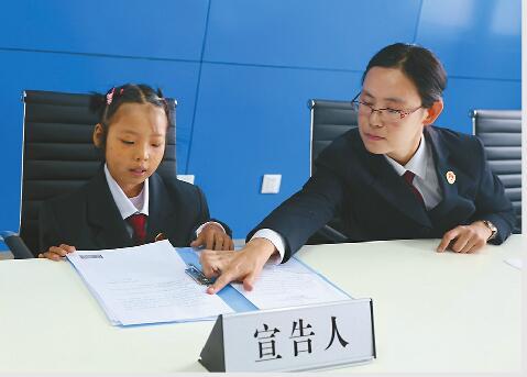 """血癌女孩小海燕想当检察官 济南""""侯亮平们""""为她圆了梦"""