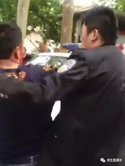 潍坊城管与商贩厮打视频疯传 到底是谁先动的手?