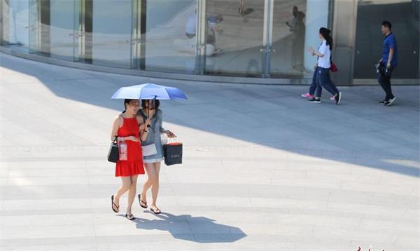 街拍:济南迎35℃高温天 街头美女花裙短裤享清凉