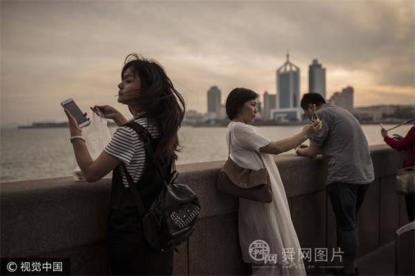 山东青岛:栈桥风起云涌游客拍照忙