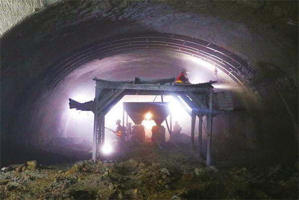 5月22日,玉函路隧道左线六里山竖井至出版社竖井段最后2米完成掘进。(本报记者 范良 摄)   继顺河高架南延一期工程顺利通车后,二期工程也取得重大节点性突破。记者今天从项目部获悉,玉函路隧道暗挖掘进施工已近半,率先贯通左线六里山竖井至出版社竖井段区间,确保实现年底通车目标。   5月22日15时8分,伴随着掘进机钻头的轰鸣声,玉函路隧道左线六里山竖井至出版社竖井段完成最后2米掘进,成为工程中首个单线贯通的区间,为全线隧道掘进施工奠定良好开端。顺河高架南延工程项目部负责人杨峰告诉记者,隧道设计为五心