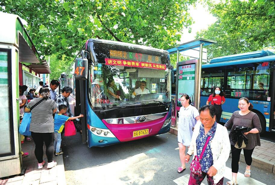 济南首个平行并排的双公交站台运行 有效缓解交通拥堵