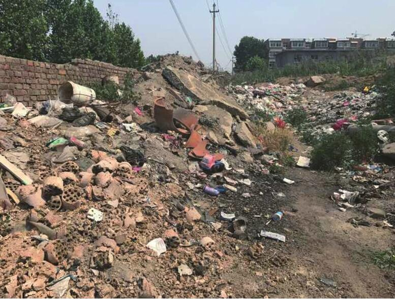 烈士山东路公交站牌北侧建筑垃圾裸露 已存放3个月之久