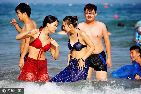 山东青岛:全国各地高温持续 市民海水浴场觅清凉