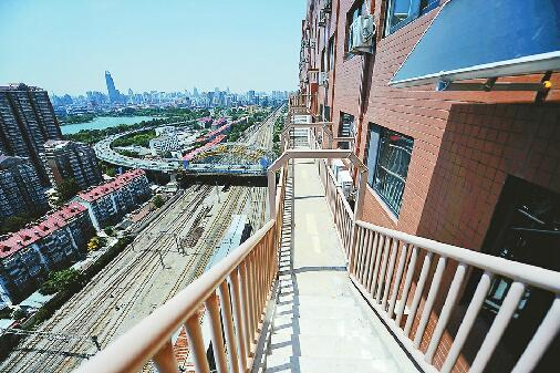 白鹤花苑小区楼外悬梯成网红 是逃生专用的消防连廊