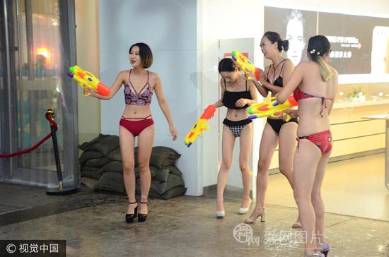 潍坊一商场举行水球大作战 比基尼美女助阵
