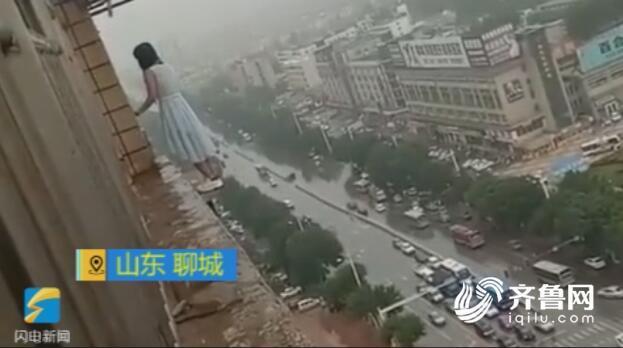 聊城水城国际小区21岁女子跳18楼轻生 坠落气垫获救