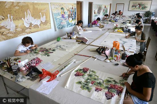 山东菏泽绘画村农民绘画年赚5个亿 被称大师不习惯