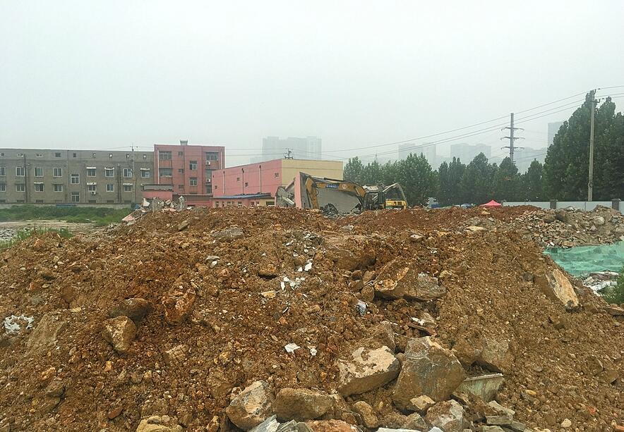 坝王路与凤凰路交叉口拆迁废墟堆积 处于裸露状态
