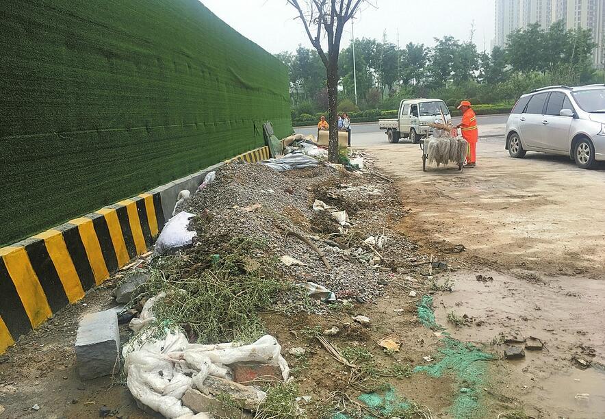 民营经科园路与小清河北路交叉口一工地存在脏乱及扬尘问题