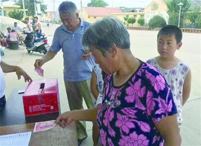 液化气爆燃夫妻俩被烧伤 青岛一村庄全村人排队来捐款
