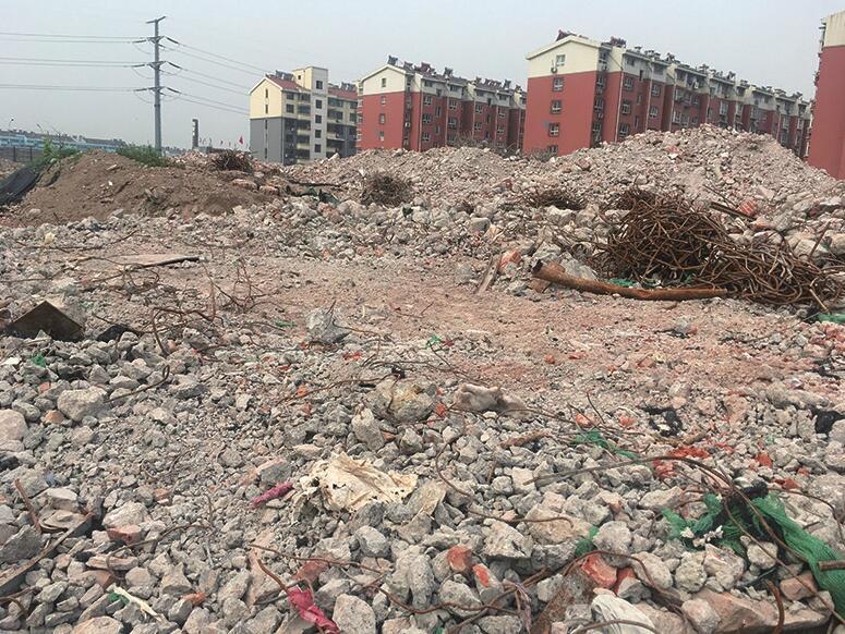 生产路与小清河北路交叉口拆迁废墟裸露 扬尘严重