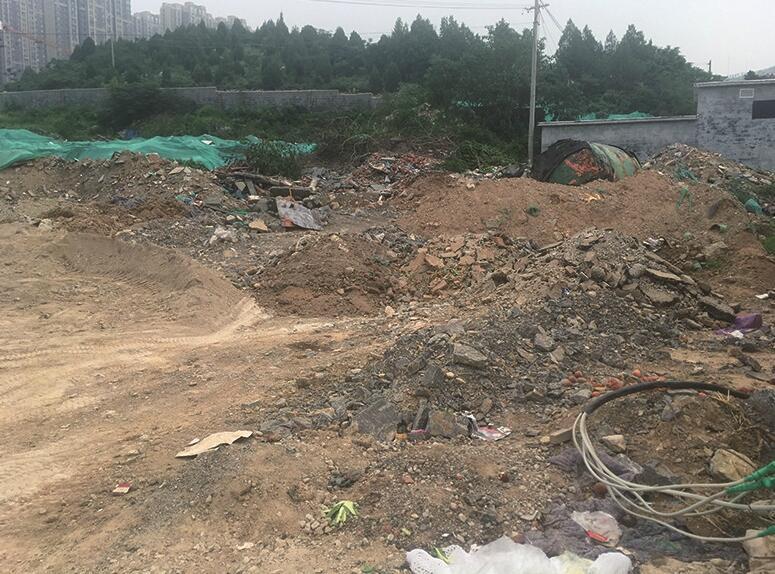 九龙山庄小区明珠苑西北角拆迁废墟和松土裸露