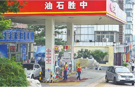 济南加油站争夺战:1升汽油促销降2块多 为何亏本也要拼