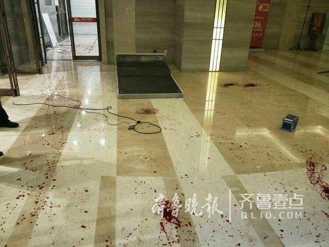 疑似酒后取钱未果 济南男子怒砸工商银行取款机受伤入院