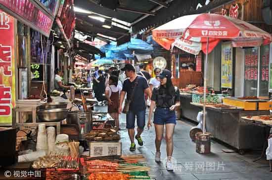 山东青岛进入旅游旺季 百年老街吸引背包客