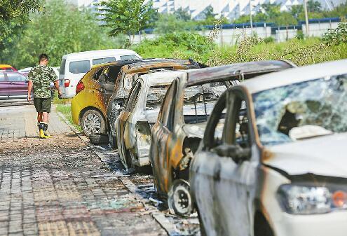路边轿车突然起火波及周围4辆车 保险:判断谁来赔付