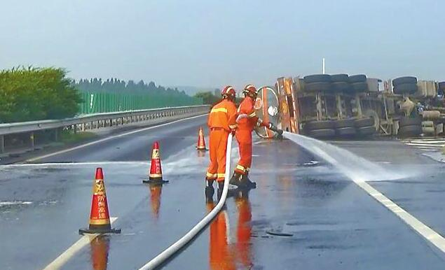 罐车侧翻液态碱淌了10余米 济广高速事故致两男子受伤