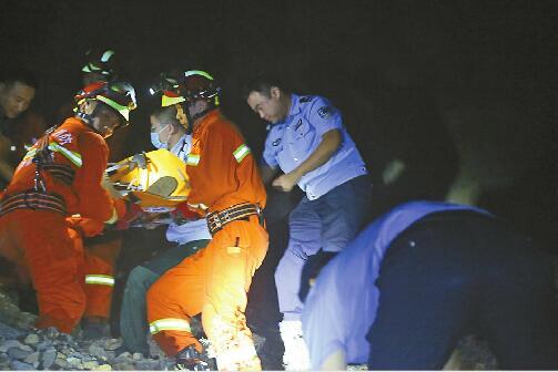 男子爬山坠落半山腰左腿摔断无法动弹 七小时成功获救