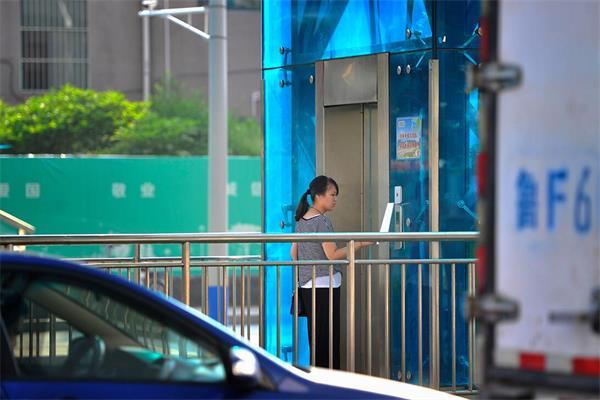 过街天桥专用电梯启用