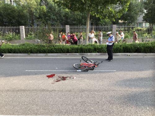 济南:自行车逆行机动车道内被撞 肇事三轮车无牌无证逃逸