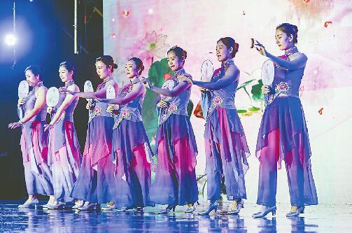 """泉水节群众大联欢济南报业集团专场上演 细雨挡不住""""泉水的爱"""""""