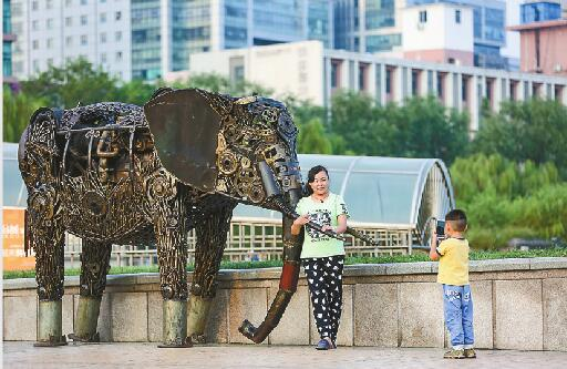 ��m#��'_钢雕装扮 泉城广场更显艺术范儿